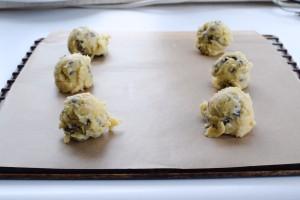 Les cookies, disposés en boule,  avant de passer au four